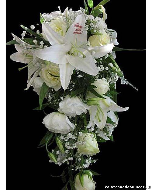 Каскадный свадебный букет из белых роз, лилий, эустомы