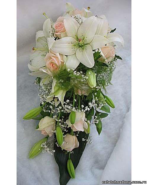 Каскадный свадебный букет из белых лилий, розовых роз и гипсофилы