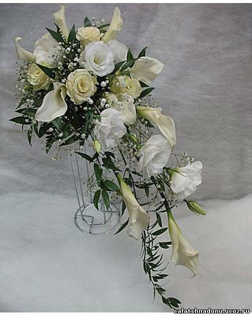 Каскадный свадебный букет в белом тоне из роз, эустомы и калл