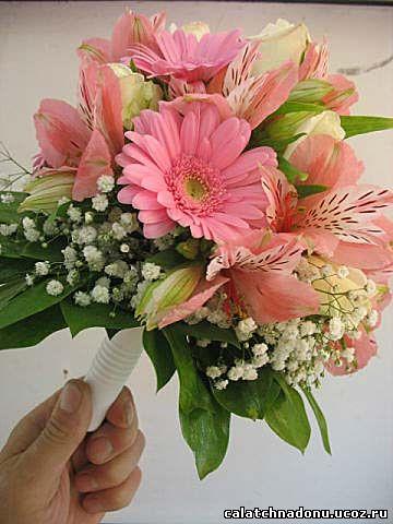 Круглый свадебный букет из розовой герберы, альстромерии и розы