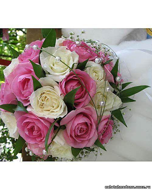 Круглый свадебный букет из белых и розовых роз