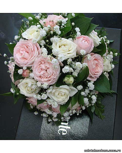 Круглый букет невесты из роз и гипсофилы
