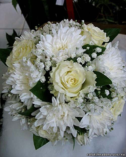 Букет невесты из белых роз и белых хризантем