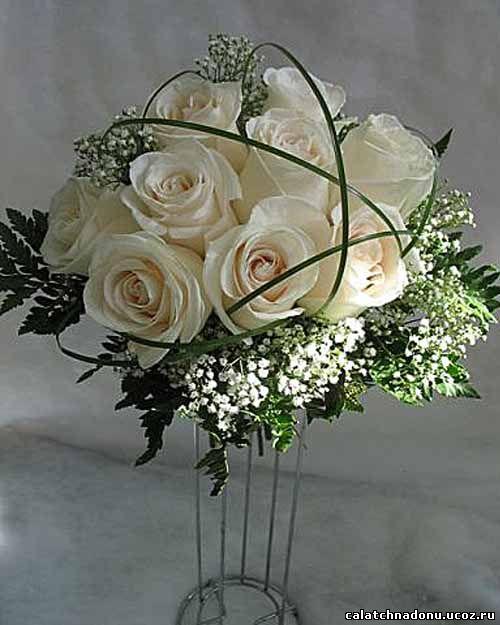 Свадебный букет из белых роз и гипсофилы