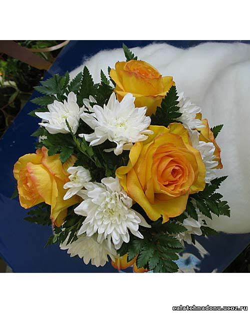 Свадебный букет из белой хризантемы, желтой розы и листьев папоротника