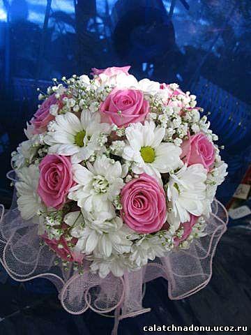 Свадебный букет невесты из розовой розы, белой хризантемы и гипсофилы