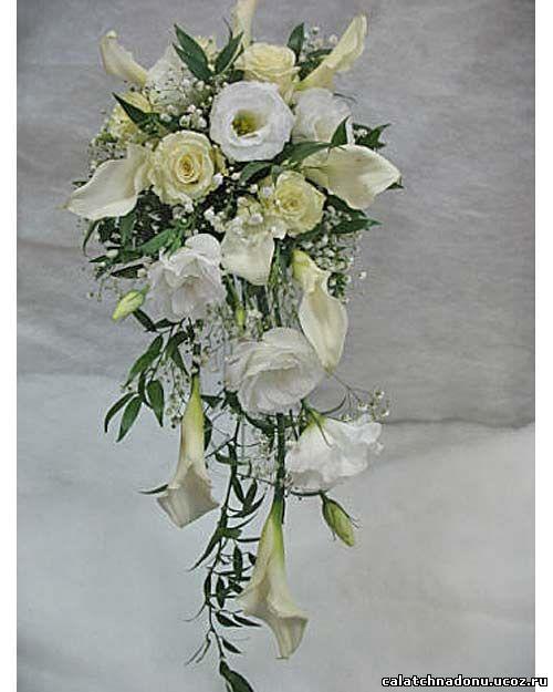 Каскадный свадебный букет из калл, розы и эустомы