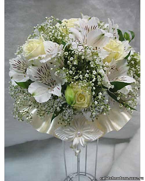 Круглый свадебный букет из белых роз и альстромерии