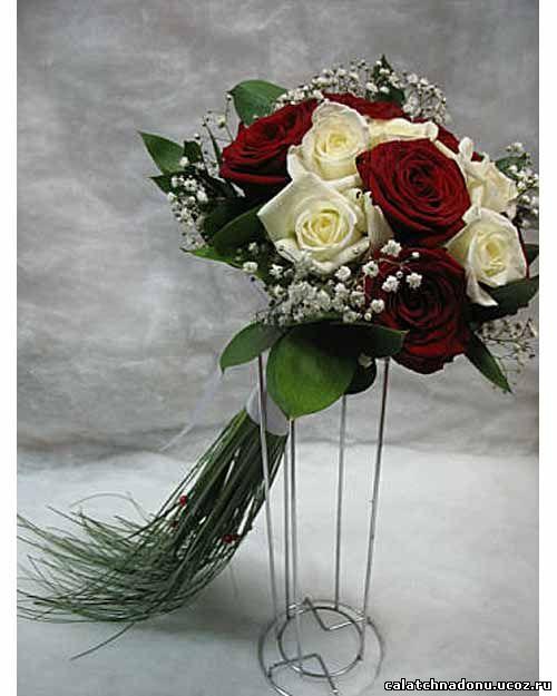 Свадебный букет из белых и красных роз с