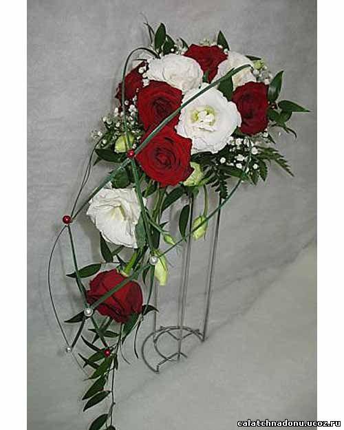 Каскадный букет из белой эустомы и красных роз