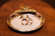 Обручальные кольца на золотой тарелочке