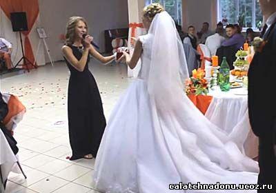 Сестра читает стихи невесте