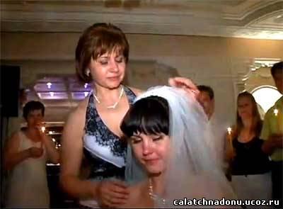 Свадебный обряд снятия фаты – Мама снимает фату с невесты