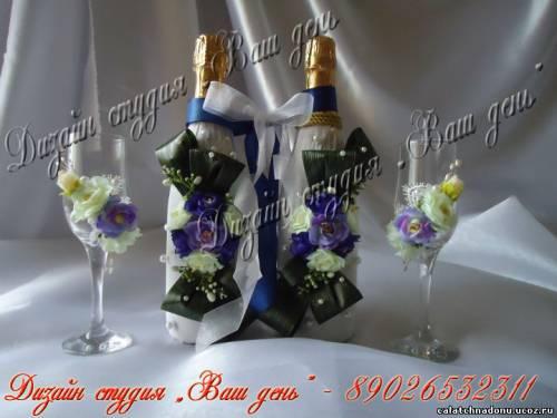 Свадебные бокалы и бутылки украшенные живыми цветами