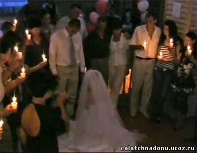 Тамада снимает фату с невесты