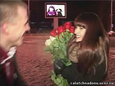 Предложение руки и сердца на центральной площади перед экраном с рекламой