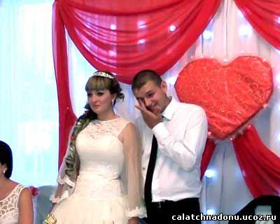Жених и невеста слушают поздравление на свадьбе